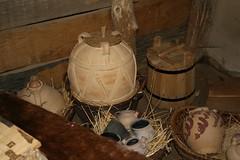 Keramik von Helmut Studer in eines der Wikinger Häuser in Haithabu WHH 21-08-2010
