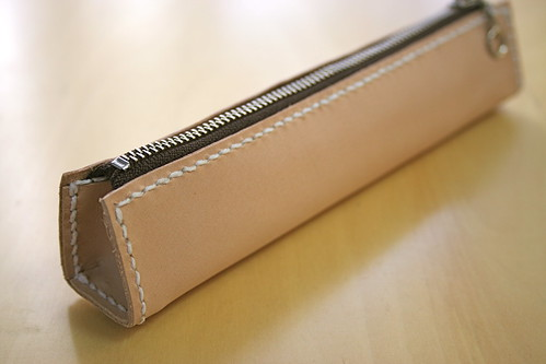 スリムでシンプルなデザインのヌメ革のペンケース (型紙あり)