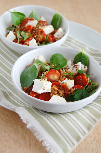 Tomato, feta  and wheat salad / Salada de tomate, feta e trigo