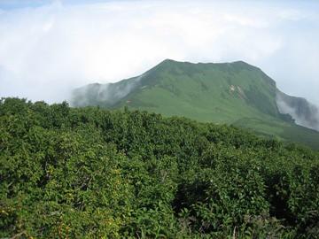 長官山(右)稜線を振り返り見る(中央に赤屋根の避難小屋が見える)