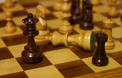 Anglų lietuvių žodynas. Žodis checkmate reiškia 1. n šachas ir matas; 2. v užmatuoti lietuviškai.