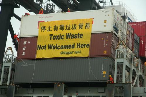 即使中國法律明訂禁止電子廢棄物進口貿易,至今仍有許多業者透過非法轉運手段將電子垃圾運至中國或其他第三世界國家。此為綠色和平成員在2009年於香港葵涌貨櫃碼頭港口查獲的一批來自美國的電子廢棄物。圖片提供:賴芸