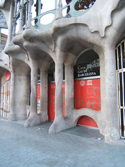 Casa Batll (Francesc_2000) Tags: barcelona casa europa europe dragon view modernism catalonia paseo architect gaudi gaud catalunya avenue modernismo antoni passeig catalua drago casabatll gracia modernisme batllo passeigdegracia antonigaud eixample catalanart