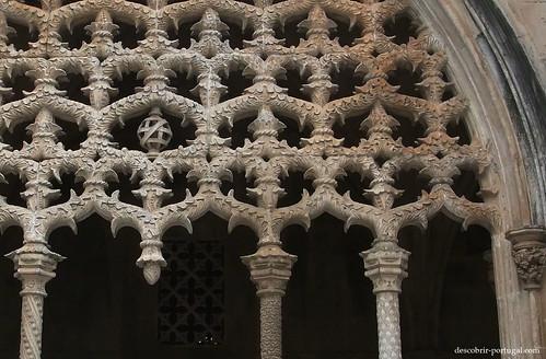 Detalhe da decoração manuelina numa das arcadas