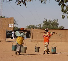 Women carrying water, Anderamboukane, Mali (Chris G Images) Tags: africa sahara water women rebellion mali communications touareg radiostation tuareg fulani sahel azawagh anderamboukane azawad culturedusahara