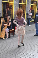 Irish Folk band and dancer in front of the Kings Head in Galway (Marcus Meissner) Tags: irish galway bestof marcus head folk august dancer irland september kings harp reise 2010 studiosus harfe meissner tnzerin