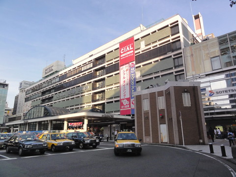美代子はまるでお姫様に 横浜駅西口に超高層ビル