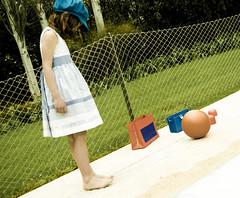 Limites naturales. (elad abraham) Tags: libertad tristeza nios pinkfloyd nia tapa 70 juguetes naturalezamuerta prisin obscuridad sumisin conformismo lmites tapadedisco sometimiento bajolaceleste irenesantana