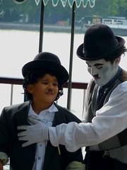 Jugando A Chaplin (FranciscoPea) Tags: london gente nios londres vacaciones chaplin londen