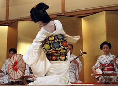 Geiko Dance Performance (love_child_kyoto) Tags: woman japan japanese dance kyoto dancer maiko geiko    kimono gion  miyagawacho hanamachi icapture       mamehana   mindigtopponalwaysontop yukatakai   geikomameka