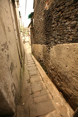 Liuxi Lane 10 (David OMalley) Tags: china heritage gardens garden town ancient alley traditional chinese delta medieval historic alleyway lane yangtze  tradition province yangchow chine zhong chino alleys lanes  zhejiang guo yangzhou alleyways   ancient historic town delta  yngzhu  zhjing preservation yangtze