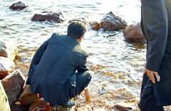 湖水に触れ、なめてみる「しょっぱい。」