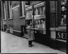 04-17-1953_11440 Sigarettenautomaat (IISG) Tags: boy amsterdam children cigarette kinderen sigaret jongen automaat benvanmeerendonk