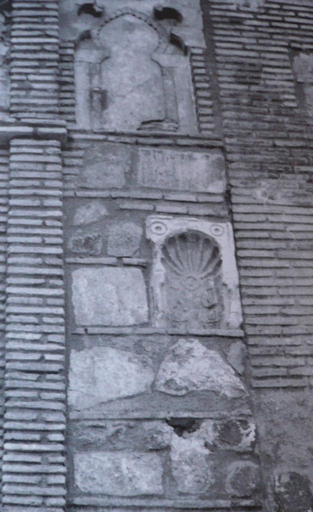 Placa-nicho visigótica hallada en la Iglesia de San Andrés en su primitiva ubicación al ser descubierta en 1975