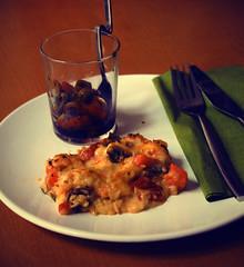 kürbis-polenta-kuchen mit tomaten-oliven-salsa