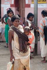 Mère et enfant (hubertguyon) Tags: woman baby india village child market femme mother tribal tribe enfant marché orissa bébé inde tribu mère earthasia marchž chiticona dongoriakhond
