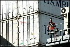 Mateando en la gra.. (Alberto Cantarilla) Tags: uruguay montevideo mate grua contenedores puertodemontevideo patrimonio2010