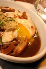 Œuf en meurette et copeaux de foie gras