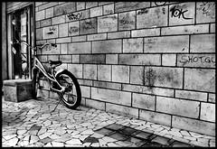 .. (davidemaglio.blogspot.com) Tags: muro centro bianconero bicicletta attesa contrasto magliodavide