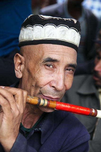 ヤルカンド、横笛を吹く爺さん
