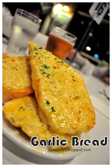 Christopher's Restaurant: Cheese & Garlic Bread