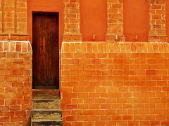 side door on the courtyard (msdonnalee) Tags: door orange brick muro wall facade mexico pared puerta entrance iglesia brickwall architektur mexique porte mura mur fachada entry parede mauer mexiko historicalchurch  sidedoor woodendoor  facciate arqitetura oldwoodendoor    mexicanwall photosfromsanmigueldeallende fotosdesanmigueldeallende larqitecture