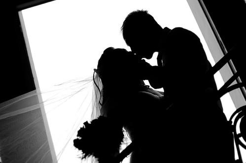 フリー写真素材, 人物, カップル・恋人・夫婦, イベント・行事・レジャー, 結婚式, シルエット, キス, ウエディングドレス,