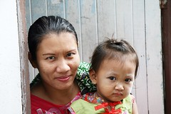 matching eyes in a doorway (the foreign photographer - ฝรั่งถ่) Tags: mother daughter matching eyes doorway khlong thanon portraits bangkhen bangkok thailand canon