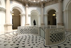 The Octagonal Hall, Tate Britain (shadow_in_the_water) Tags: spiralstairs staircase carusostjohn architecture tatebritain millbank pimlico london sw1 escaliers geometricarchitecture balustrade floor handrail therotunda stair arches dertrommler michaelsandle morrissingerfoundries octagonalhall columns sidneyrjsmith