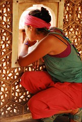 buscando un simbolo de paz (* Lore) Tags: india window look ventana friend asia colours fort amiga mirar hippie jaipur rajasthan fuerte julianaabd hippiecloths