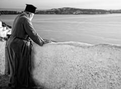 mirando el mar....soñé (Leonorgb) Tags: bw canon mar mediterraneo leo bn santorini greece grecia atenas isla cyclades thira fira religión sacerdoteortodoxo