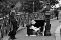un beau gouachis (lachaisetriste) Tags: portrait blackandwhite bw paris nikon noiretblanc montmartre nb peinture rue lampadaire parapluie peintre d700 4tografie photolavole