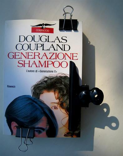 Generazione Shampoo, di Douglas Coupland, nella versione di Vittorio Curtoni, Corbaccio 1994, Grafica Studio Baroni, alla cop.: foto Ell Lutx courtesy by Wella Inform e Foto Agenzia Marka; cop. (part.)
