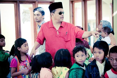 2 Hari Bersama Dato Shahidan Kassim :: Sumbangan pada anak2 Pangalengan ::