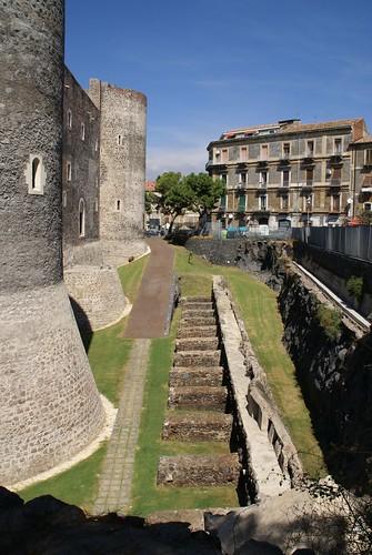 Catania, Piazza Federico di Svevia, Castello Ursino, Wehrtürme und Lava (Ursino Castle, defence towers and lava)