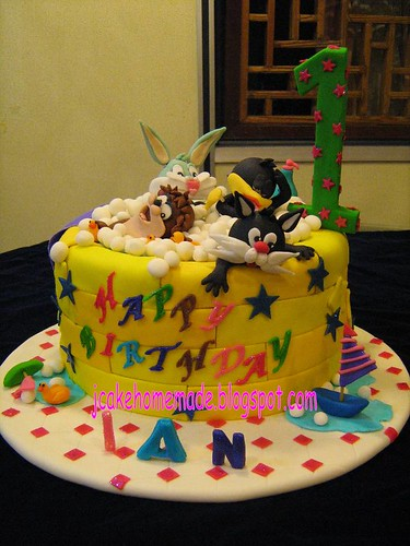 Bathtub cake with Baby Looney Tunes