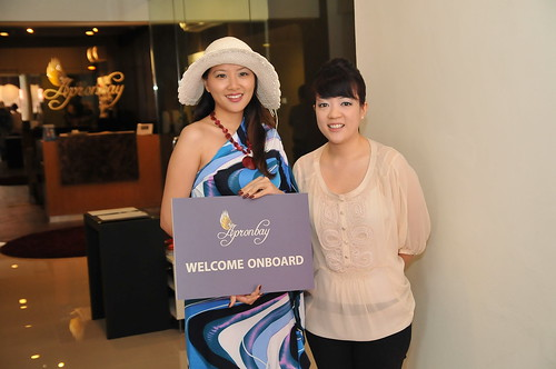 Ashley Loong (right) launced Apronbay