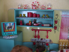 Shelves (Retro Mama69) Tags: kitchen vintage puppy table miniature chairs retro marx shelves remcodoll roombox rements vintagetintoy miniaturekitchen prettymaid toydiorama pennybritedoll tuttidoll kitchendiorama metalkitchentoy 1950ss yellowandturquoisekitchen