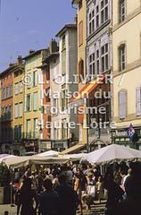0966- Le Puy-en -Velay - Ses alentours (MDDT43) Tags: stand maisons jour t rue extrieur march lepuyenvelay auvergne verticale touristes passants hauteloire 966 placeduplot paysduvelay