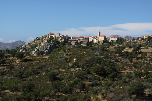 Village accroché à la montagne (Montemaggiore)