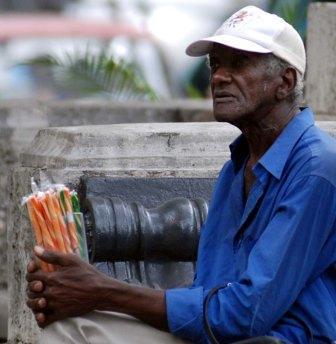 anciano-vende-para-sobrevivir