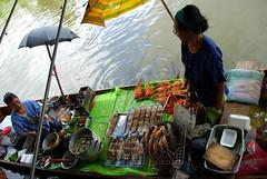 Ready to eat ... (chaFL) Tags: cooking boats cuisine market bangkok thaïlande asie bateau umbrellas fishes marché shrimps crevettes poissons parapluie nikond80 marketonaboat marchésurleau