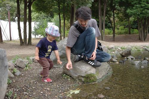 息子と水遊び