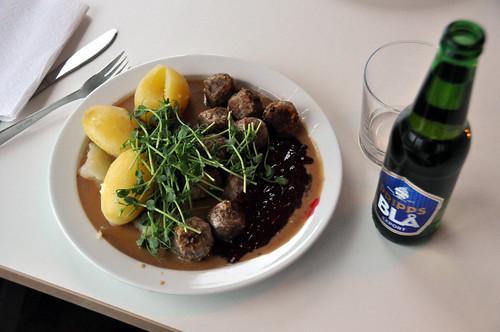 Kødboller med kartofler, flødesauce og tyttebær og øl