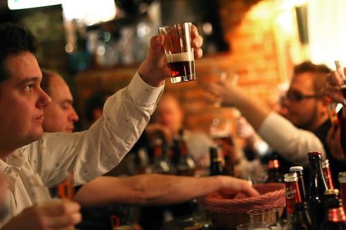 Ivrige deltagere tester, smaker og lukter på øl.