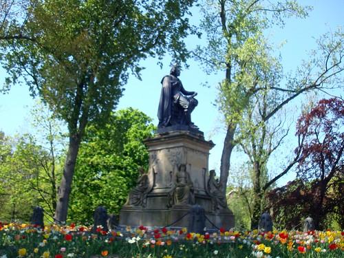 Estátua de Joost van den Vondel no Vondelpark no inverno