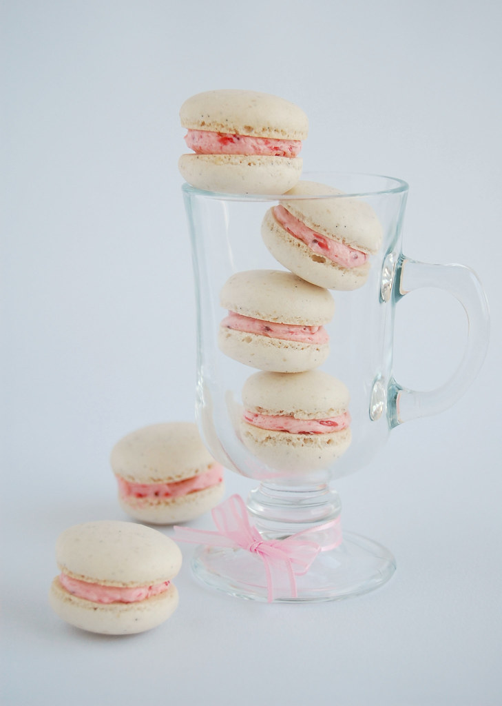 Vanilla bean macarons with roasted strawberry buttercream / Macarons de baunilha com buttercream de morangos assados