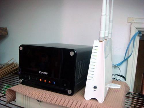 放置在客廳的 TS-209 Pro 與 Vigor 2130n 無線AP