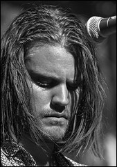 Matthijs van Beek (zilverbat.) Tags: portrait people bw monochrome face rock blackwhite close faces zwartwit live band denhaag pop hague portret zw jezus the serieus concentratie gitarist blackwhitephotos kortevoorhout uitfestival timakkerman zilverbat