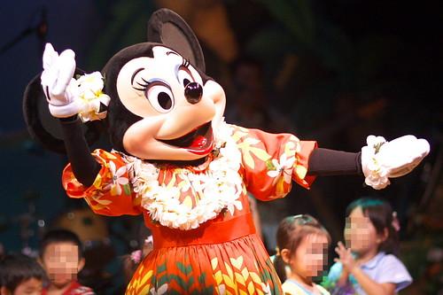 ステージに上がってミッキーやミニーとアロハダンス